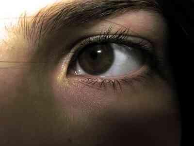 La Corrélation Entre la Lumière Fluorescente et Vision Floue