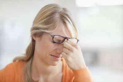 Quelles Sont les Causes des Maux de tête Constants & la Douleur dans les Yeux?