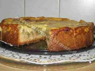La rhubarbe gâteau avec de la crème de la hotte
