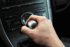 Volant levier de vitesse et les voitures: techniques pour les transmissions manuelles